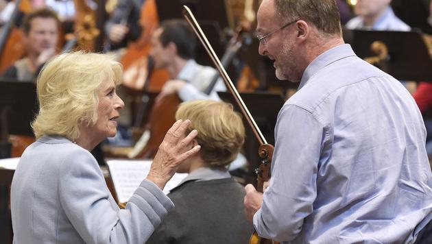 Camilla im Gespräch mit einem Philharmoniker (Bild: APA/HANS PUNZ)