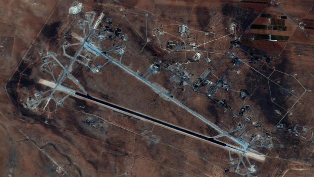 Der syrische Flugplatz Al-Schairat bei Homs war das Ziel des nächtlichen US-Raketenangriffs. (Bild: AFP)