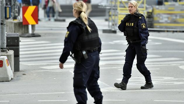 Polizistinnen am Tatort (Bild: ASSOCIATED PRESS)