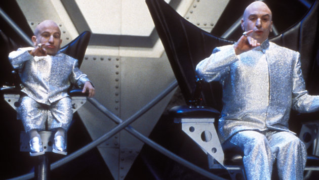 """Verne J. Troyer und Mike Myers in """"Austin Powers - Spion in geheimer Missionarsstellung"""" (Bild: Hollywood Picture Press/face to)"""