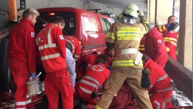 Notarzthubschrauber, Notarztwagen, Rettungswagen und ein Krankentransportwagen wurden eingesetzt. (Bild: Rotes Kreuz)