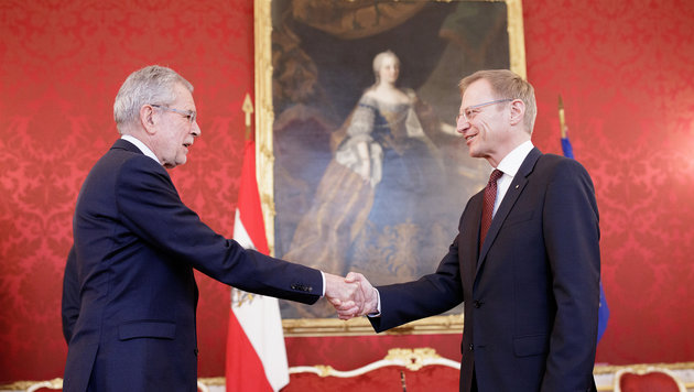 Per Handschlag wurde Thomas Stelzer (r.) durch Bundespräsident Alexander Van der Bellen angelobt (Bild: GEORG HOCHMUTH/APA)