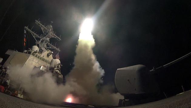 Insgesamt feuerte die US-Marine 59 Tomahawk-Raketen auf die Luftwaffenbasis Al-Shayrat. (Bild: AP)