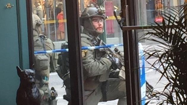 """Steiner fotografierte die bewaffneten Stockholmer Einsatzkräfte aus dem Hotel """"Haymarket"""" heraus. (Bild: Thomas Steiner)"""