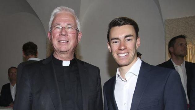 Beim Smalltalk: Erzbischof Franz Lackner mit Stefan Kraft. (Bild: Andreas Tröster)