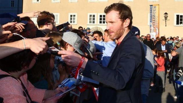 Simon Eder beim Autogramme-Schreiben. (Bild: GEPA pictures/ Felix Roittner)
