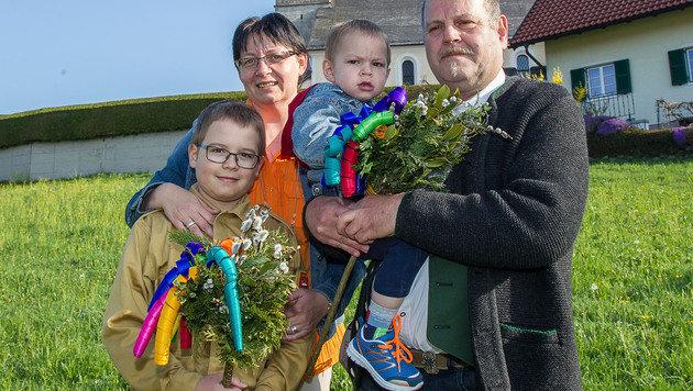 Florian Strumegger, seine Mama Birgit und der kleine Thomas in den Armen seines Vaters Herbert (Bild: fmt-pictures/Wolfgang Moser)