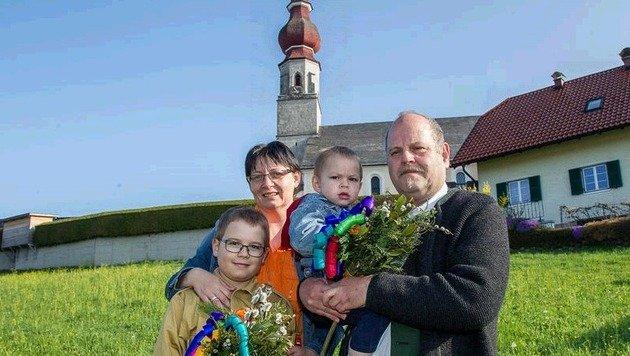 Florian Strumegger, seine Mama Birgit und der kleine Thomas in den Armen seines Vaters Herbert. (Bild: fmt-pictures.at/Moser)