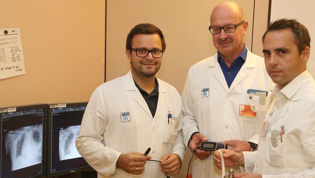 Dr. Günther Laufer (Mitte) präsentiert mit seinen  Kollegen eine neue, besonders kleine Herzpumpe (Bild: Zwefo)