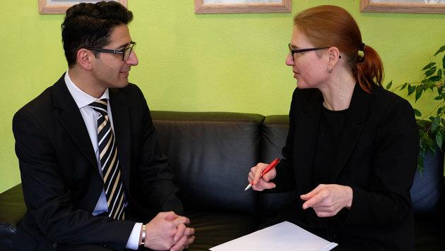 """Efgani Dönmez im Gespräch mit Elisabeth Rathenböck (""""OÖ-Krone). (Bild: Chris Koller)"""