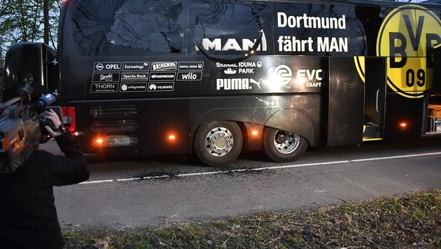 Der beschädigte Mannschaftsbus des BVB (Bild: AP)
