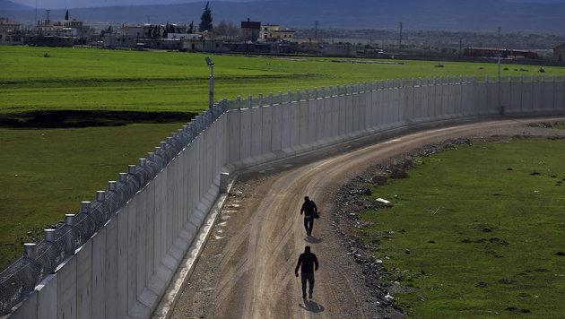Die Mauer an der Grenze zu Syrien ist Hunderte Kilometer lang. (Bild: Associated Press)