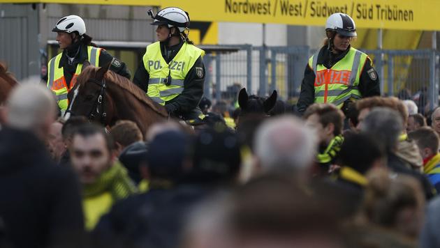 Die berittene Polizei überwacht die Fans vor dem Stadion. (Bild: AFP)
