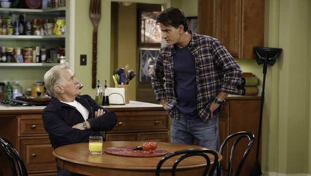 "Charlie Sheen mit seinem Vater Martin in einer Folge der Serie ""Anger Management"". (Bild: CapFSD/face to face)"