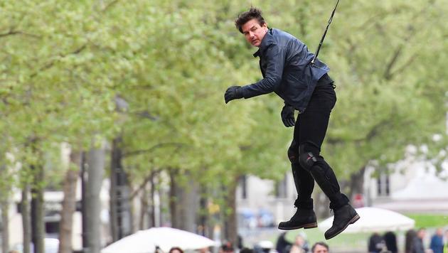 An Gurten befestigt schwebt Tom Cruise durch Paris. (Bild: Viennareport)