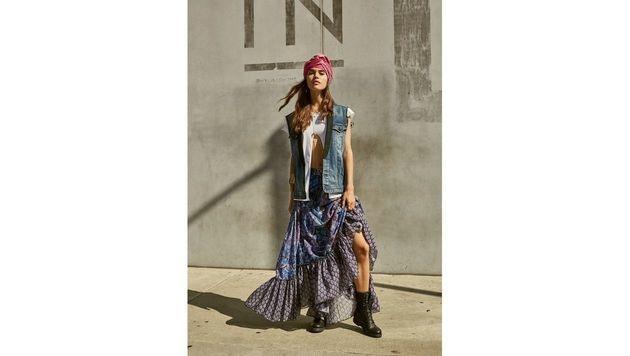 Lange Röcke, Jeanswesten, derbe Boots: Beim Festivalstyle darf man seinen inneren Hippie ausleben. (Bild: Replay)