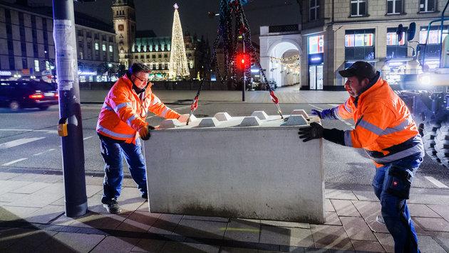 Betonsperren versagen als Schutz gegen Lkw-Terror (Bild: APA/dpa/Markus Scholz)