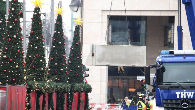 Auf dem Weihnachtsmarkt in Berlin wurden nach dem Lkw-Anschlag Betonsperren installiert. (Bild: APA/dpa/Michael Kappeler)