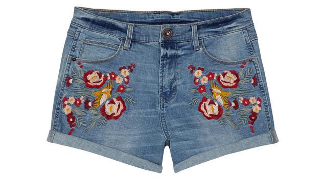 Jeansshorts mit Blütenstickereien (Bild: Peek & Cloppenburg)
