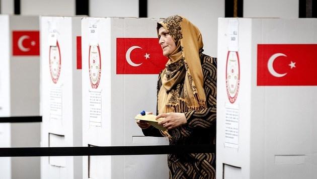 Diese Auslandstürkin hat ihre Stimme bereits abgegeben. (Bild: AFP)