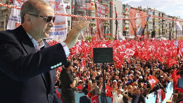 Recep Tayyip Erdogan spricht zu seinen Anhängern. (Bild: AP)
