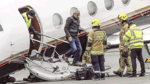 Aussteigen zu ebener Erde: Techniker und Feuerwehrleute. (Bild: Markus Tschepp)