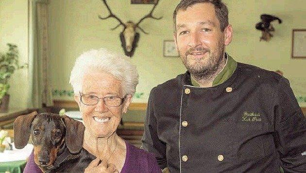 Elsenhuber und Schwiegermutter Mayer: Dank der Gastronomen wurde der Opferstockhieb gefasst. (Bild: Neumayr/MMV)