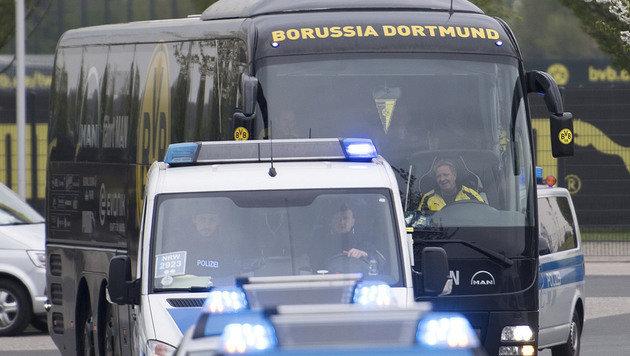Der Dortmund-Bus fand unter Polizeischutz den Weg ist Stadion. (Bild: AP)