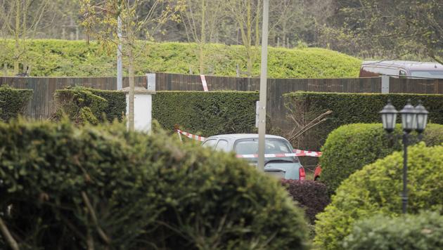 Die Sprengsätze waren in einer Hecke vor dem Stadion deponiert. (Bild: AP)