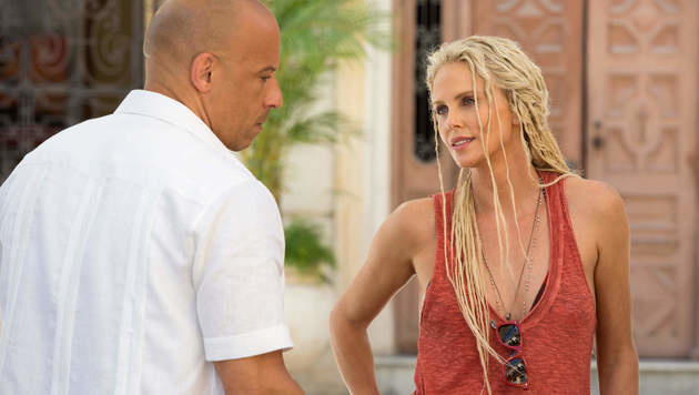 "Charlize Theron mit Vin Diesel in ""Fast & Furious 8"" (Bild: Hollywood Picture Press/face to face)"