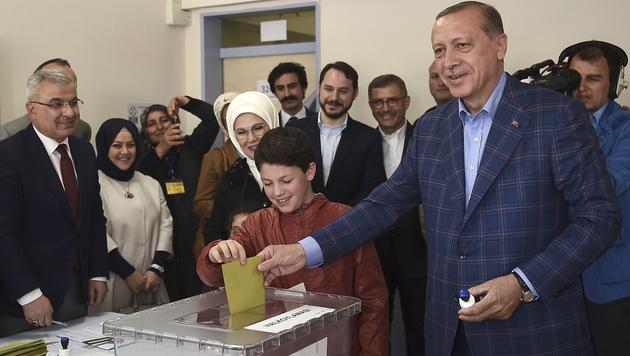 Erdogan gab seine Stimme in seiner Heimatstadt Istanbul ab. (Bild: AFP)