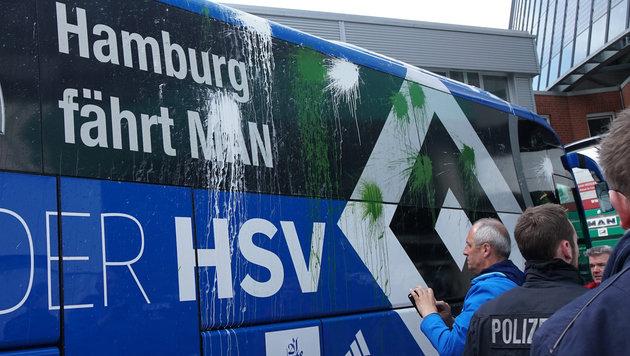 """""""Fans"""" greifen HSV-Bus mit Steinen & Farbbomben an (Bild: GEPA)"""