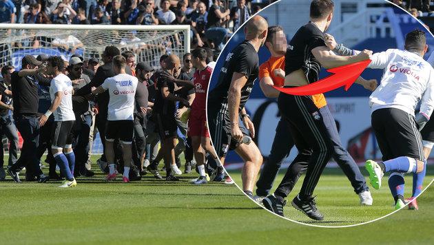 Wieder Lyon! Fans attackieren Fußballer am Rasen (Bild: AFP or licensors)