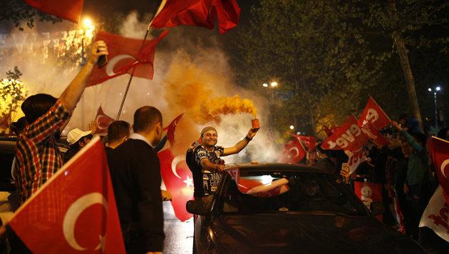 Erdogan-Anhänger feiern den Ausgang des Referendums euphorisch. (Bild: AP)