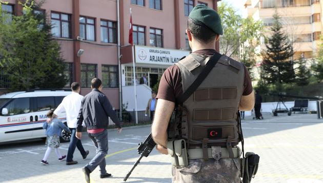 Vor vielen Wahllokalen patrouillierten schwer bewaffnete Polizisten. (Bild: AFP)