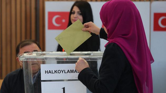 Eine Türkin bei der Stimmabgabe in Bayern (Bild: APA/dpa/Daniel Karmann)