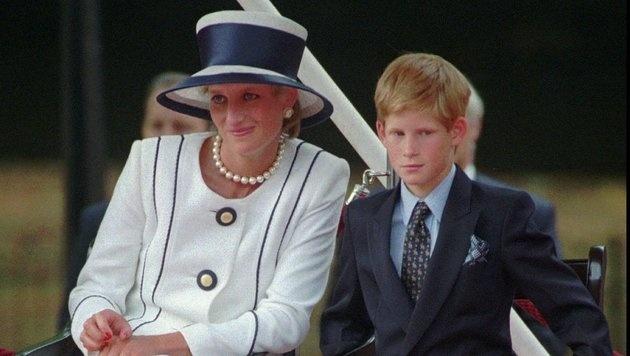 Diana mit Prinz Harry im Jahr 1995 (Bild: AP)