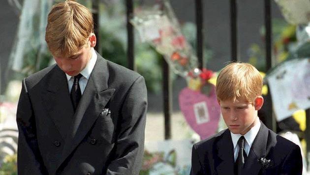Die Prinzen William und Harry beim Begräbnis ihrer Mutter Diana am 6. September 1997 (Bild: AFP)