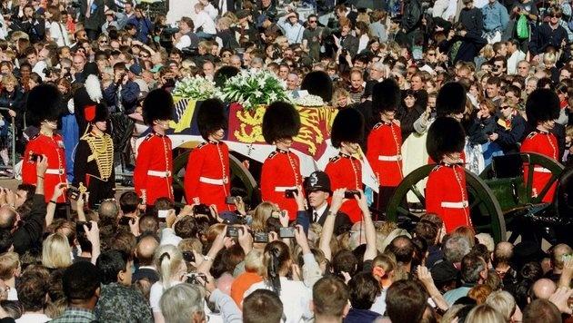 Millionen verfolgten das Begräbnis von Lady Di im Fernsehen. (Bild: EPA)
