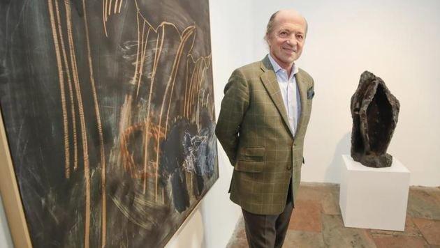 Galerist Thomas Salis präsentiert 6 Bronzegüsse   (hier â01ELaesoâ013Kopf IIâ01C, 1983) sowie Masonitbilder. (Bild: Markus Tschepp)