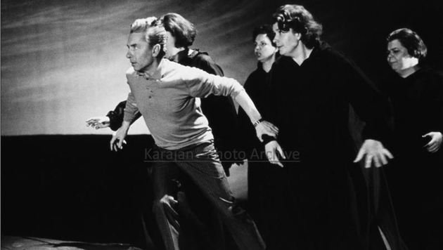 Legendäres Foto von den â01EWalküreâ01C-Proben 1967:Herbert von Karajan als treibender Regisseur. (Bild: Herbert von Karajan-Archiv/Lauterwasser)
