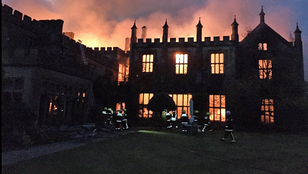 Das Anwesen in Südengland wurde ein Raub der Flammen. (Bild: twitter.com)