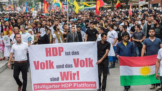 Kurden in Stuttgart demonstrieren gegen Erdogan. (Bild: APA/dpa/Wolfram Kastl)