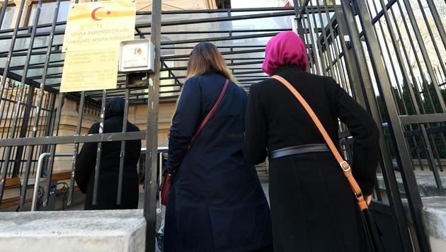 Verfassungsreferendum im April: In Wien lebende Türkinnen auf dem Weg zur Abstimmung. (Bild: APA/HELMUT FOHRINGER)