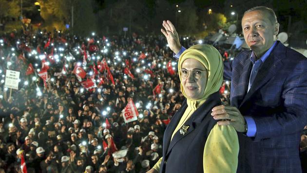Erdogan und seine Frau Emine lassen sich nach dem Referendum von ihren Anhängern huldigen. (Bild: ASSOCIATED PRESS)