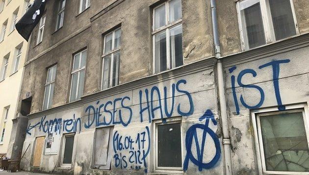 Abbruchhaus in Wien besetzt (Bild: krone.tv)