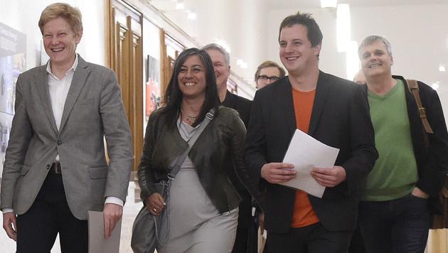 Jennifer Kickert, die stellvertretende Klubobfrau der Wiener Grünen (ganz links) (Bild: APA/HELMUT FOHRINGER)
