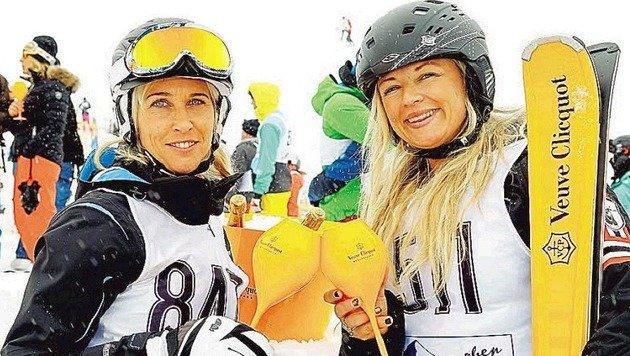 Stärkung mit Schlückchen Champagner: Anita und Maria vorm Startschuss zur größten Schatzsuche. (Bild: Gerhard Schiel)