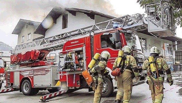 Feuerwehr-Einsatz: Aus dem Dach schlugen schon Flammen. (Bild: Markus Tschepp)