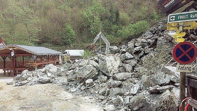 Das 300 Kubikmeter Schiefergestein beschädigte vier Autos. (Bild: Feuerwehr Taxenbach)